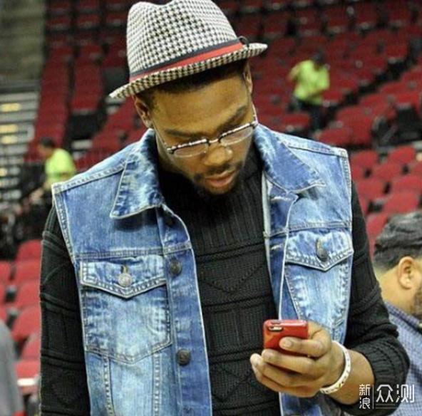 6图感受NBA巨人玩手机:科比像是玩手指,博班拿iPad当手机