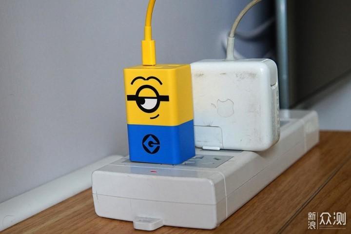 只一眼就被萌化,努比亚小黄人充电器不止好看_新浪众测