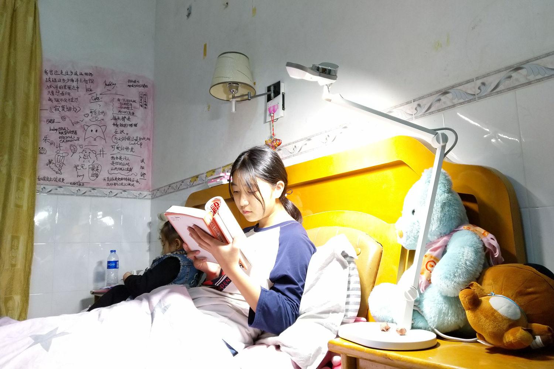 看书写字好伴侣 ,会说话不伤眼的明基儿童台灯