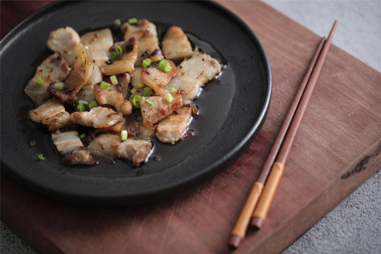 不一样的五花肉吃法,先煎后蒸,肥而不腻!