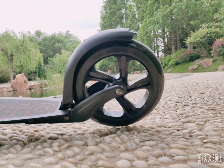城市代步不如街头时尚-瑞士m- cro滑板车体验_新浪众测