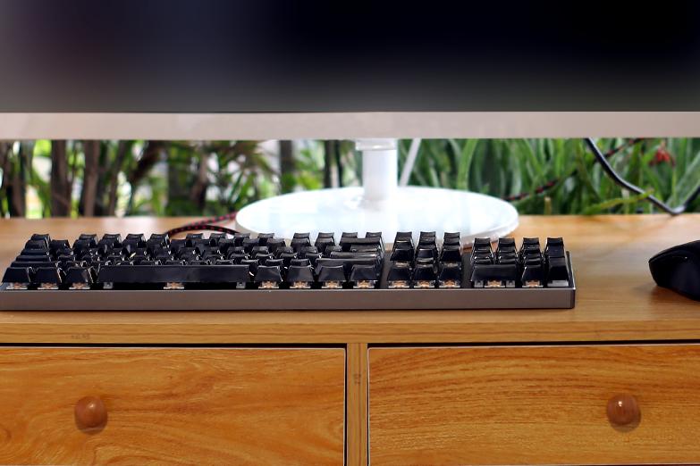 提升游戏手感还有酷炫灯光,雷神K70机械键盘