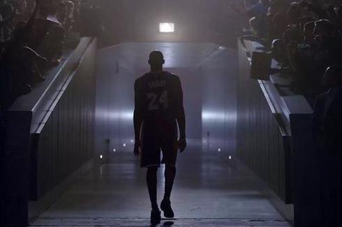 6图感受NBA巨人玩手机:科比像是玩手指